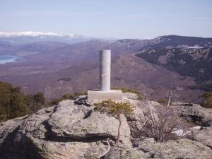 Vértice geodésico en la cima de Cabeza Mediana (España).